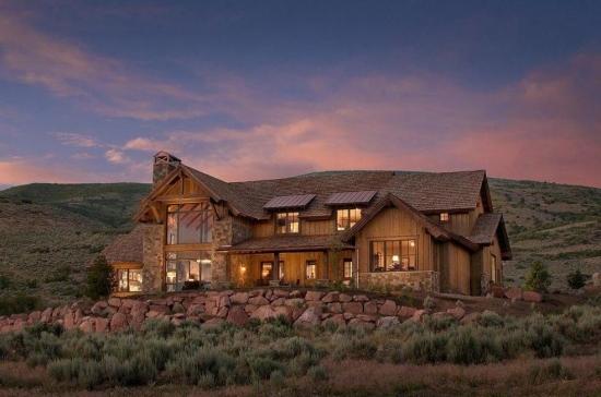 Casa din lemn cu geamuri mari