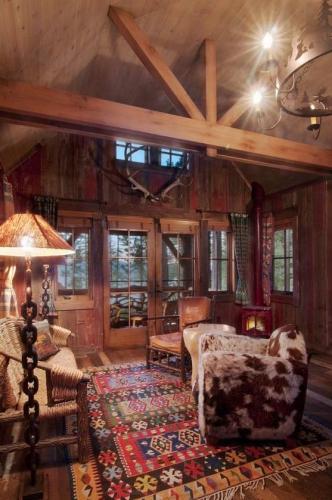 Covor cu motive etnice si lemn rustic