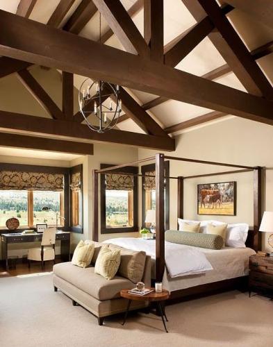 Dormitor rustic cu grinzi aparente din lemn