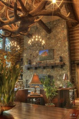 Interior de cabana din lemn cu tavane inalte