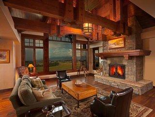 Living cu grinzi din lemn pe tavan