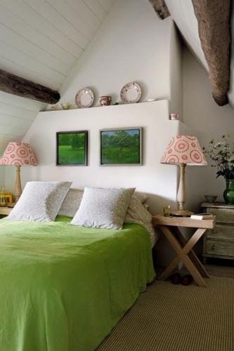 Amenajare dormitor mic la mansarda cu accente de verde