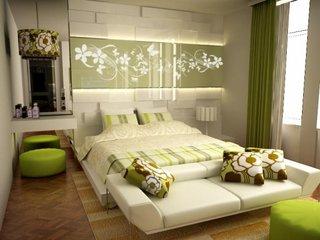 Dormitor cu draperii si perne decorative verzi