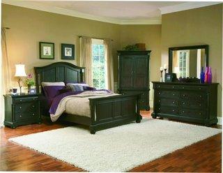 Dormitor verde inchis si pereti si draperii crem