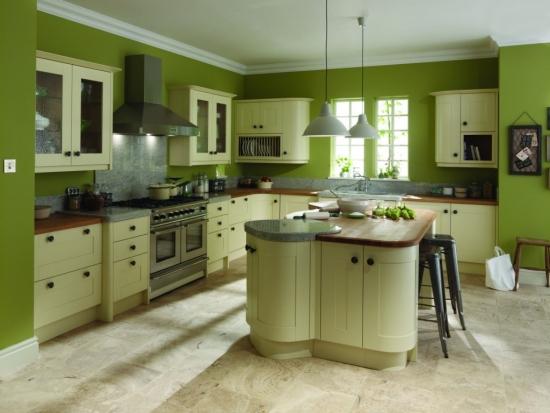 Pereti verzi si mobilier crem in bucatarie moderna