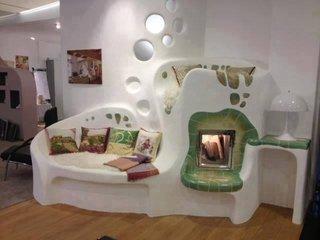 Soba din lut prelungita cu mobilier si semineu electric
