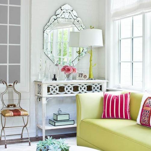 Verzui si roz accente in living neutru cu mobilier vintage
