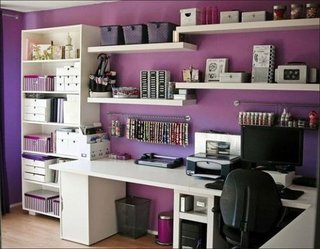 Birou zugravit in violet cu mobila alba