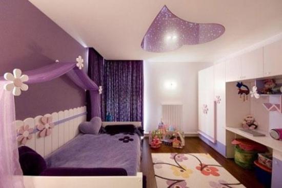 Camera de fetita decorata cu mov si alb