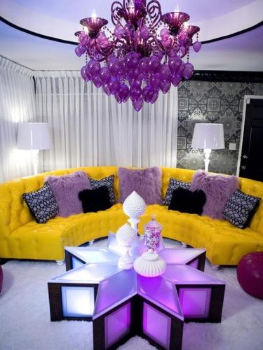 Canapea galbena pe oval si perne decorative violet