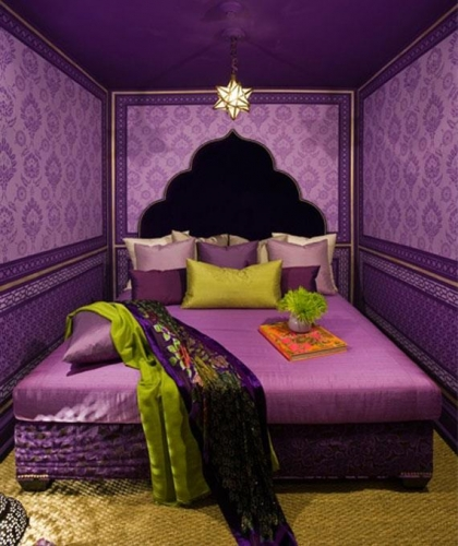 Design in stil marocan cu tapet violet si pat de mijloc