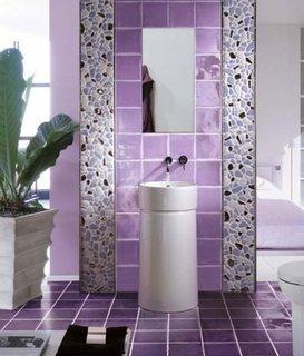Faianta lila cu brau decorativ vertical din mozaic