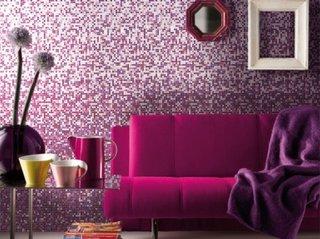 Perete de mozaic in nuante de mov si canapea fucshia