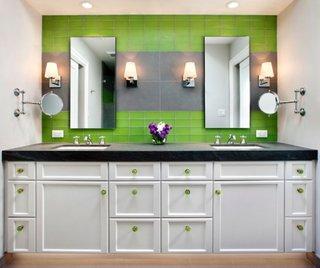Baie mica amenajata cu doua lavoare si mobilier cu butoni asortati cu faianta verde