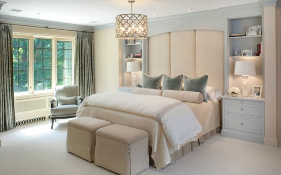 Dormitor amenajat in nuante neutre si linii simple