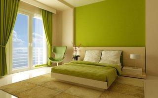 Dormitor modern cu perete de accente verde lime si draperii mate asortate