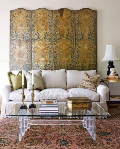 Panou decorativ din lemn asezat pe peretele din spatele canapelei