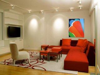 Sina cu leduri aplicata pe tavanul din living cu coltar rosu