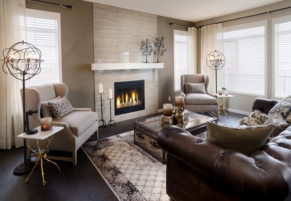 Living elegant cu canapea din piele maro cu tapiterie cu nasturi