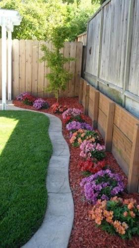 Gradina cu rond de flori si alee pe margine si gazon in mijloc
