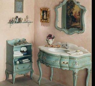 Baie cu mobilier vintage bleu cu motive aurii cu aspect antichizat