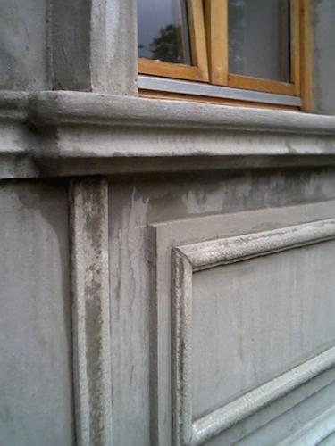 Placa ornamentala aplicata pe fatada exterioara a casei