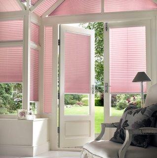 Ferestre cu jaluzele plisate culoare roz