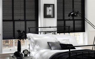 Jaluzele orizontale plisate culoare neagra dormitor