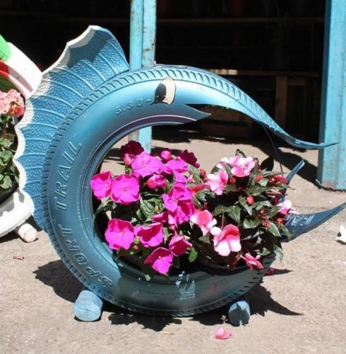 Cauciuc transformat in delfin ghiveci de flori