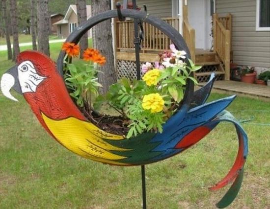 Papagal jardiniera confectionat din cauciuc reciclat
