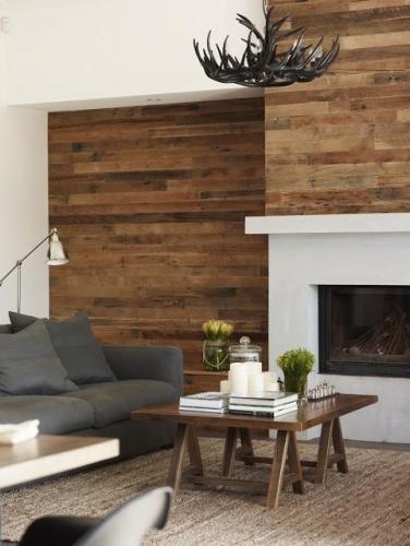 Interior living amenajat rustic petere placat cu dusumea lemn