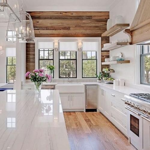 Perete bucatarie placat cu parchet laminat si mobilier alb