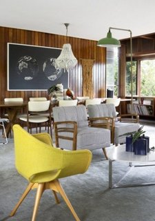 Perete cu lambriu lemn lacuit living open space