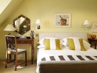 Veioze dormitor albe clasice de perete