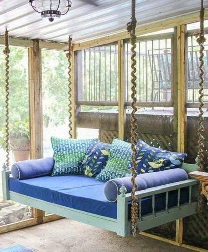 Canapea suspendata cu saltea si perne decorative