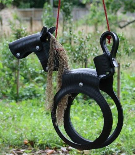 Leagan in forma de ponei facut din cauciucuri vechi