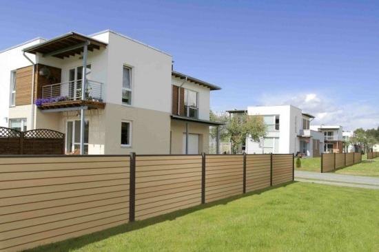 Gard exterior din compozit alb si stalpi PVC gri