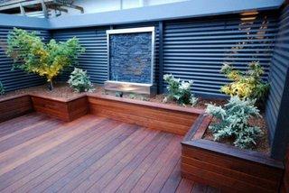 Gradina de flori amenajata in paturi inaltate placate cu lemn rezistent la umezeala