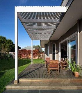 Idee de terasa acoperita cu pergola alba din lemn