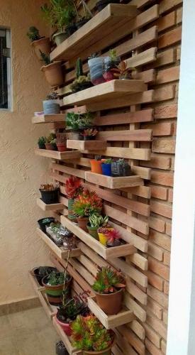 Idee de suport din lemn pentru ghivece