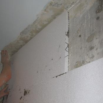 Fixarea placii de polistiren pe perete