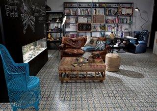 Gresie cu imprimeuri asortata cu biblioteca si canapea maro