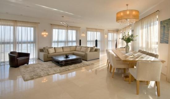 Living open space cu dining si canapea amenajat in totalitate cu alb