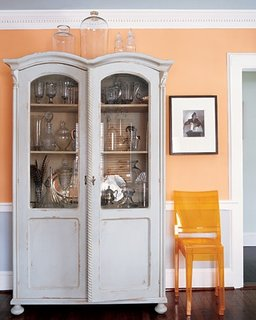 Decor elegant living portocaliu cu alb