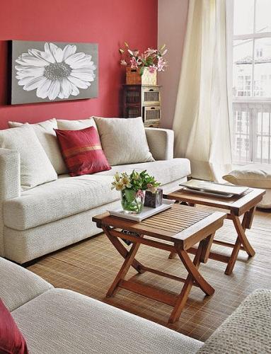 Decor living rosu cu mobilier alb