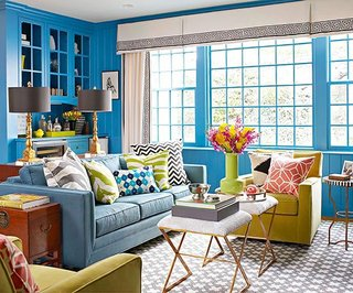 Living mic cu canapea albastra si fotoliu verde