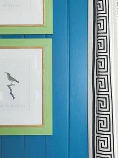 Schema de culori pentru amenajarea unui living in albastru verde alb si negru