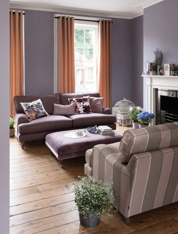 Living cu pereti mov si doua canapele de doua locuri asezate fata in fata