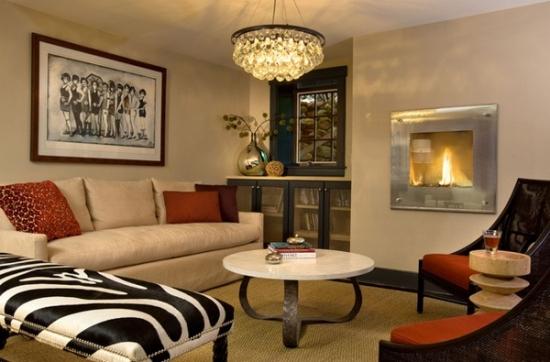 Living mic superb cu canapea crem si fotolii caramizii si semineu in perete