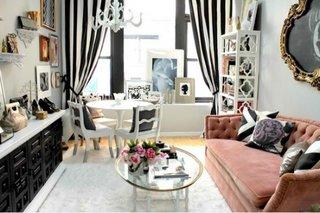 living mic cu canapea din catifea culoarea piersicii si masuta alba rotunda cu scaune